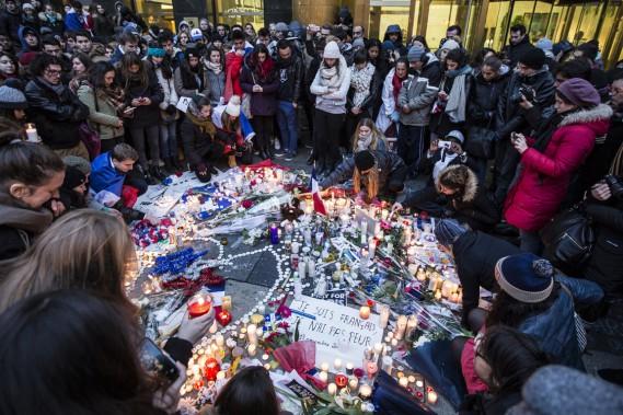 C'est une foule dense, portée par l'émotion, qui s'est réunie samedi après-midi devant le Consulat général de France à Montréal. (Photo Edouard Plante-Fréchette, La Presse)