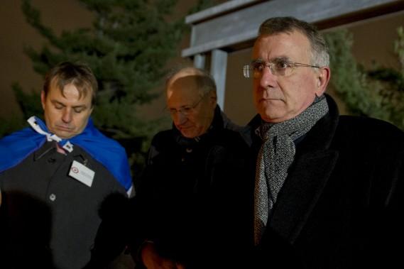 L'ambassadeur de France au Canada (à droite), Nicolas Chapuis, a prononcé un discours avec une écoute attentive du conseiller consulaire français élu pour l'Ontario et le Manitoba, Philippe Armengau (à gauche). (Martin Roy, LeDroit)