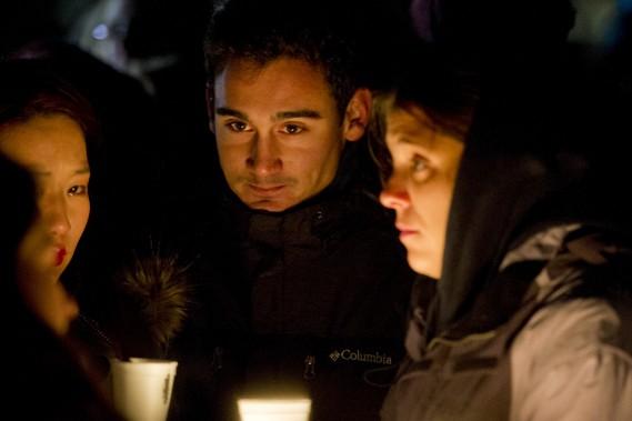 Un vigile en soutien à la France s'est tenu en début de soirée au parc des Chutes-Rideau, dans la capitale nationale. (Martin Roy, LeDroit)