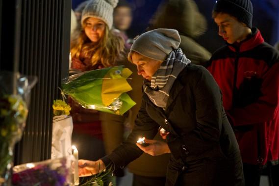 Au passage, des gens ont déposé des fleurs et des chandelles à la clôture de l'ambassade de France à Ottawa. (Martin Roy, LeDroit)