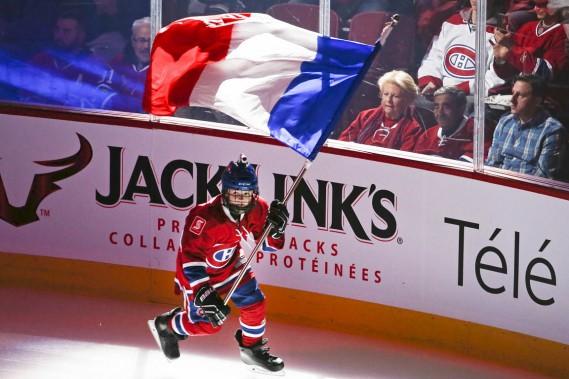 L'un des jeunes porte-drapeaux s'est présenté sur la patinoire en agitant le drapeau bleu-blanc-rouge de la France. (Photo Robert Skinner, La Presse)