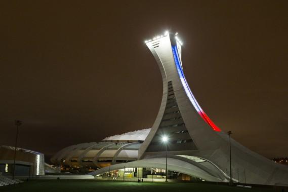 Le Stade olympique de Montréal a revêtu les couleurs du drapeau français, samedi soir. (Photo Robert Skinner, La Presse)