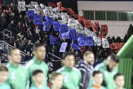 Des centaines de partisans d'Ottawa ont fait le voyage en autobus. Ils ont rendu hommage à la France lors de la minute de silence avant le match. (Patrick Woodbury, LeDroit)