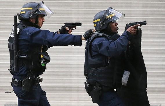 Deux policiers participent à l'opération antiterroriste à Saint-Denis, le 18 novembre. (PHOTO FRANÇOIS MORI, AP)