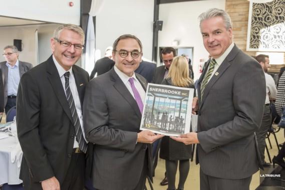 Le président duGroupe CapitalesMédias,Martin Cauchon, accompagné à sa gauche de Maurice Cloutier, rédacteur en chef de<em>La Tribune</em>, a présentéle cahier spécial<em>Sherbrooke inc.</em>au maire de Sherbrooke, Bernard Sévigny. ()