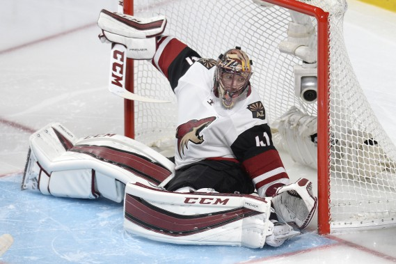 Mike Smith fait un arrêt malgré une position inconfortable. (PHOTO BERNARD BRAULT, LA PRESSE)