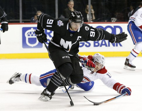 Brendan Gallagher tente d'enlever la rondelle à John Tavares. (PHOTO PAUL BERESWILL, AP)