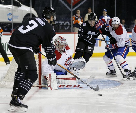 Carey Price ferme l'angle devant Travis Hamonic. (PHOTO PAUL BERESWILL, AP)