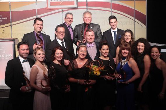 Les lauréats des prix Excelor sont réunis pour une photo de groupe. (Étienne Ranger, LeDroit)