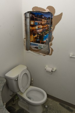 Les voleurs ont pénétré dans la bijouterie en passant par le local voisin, l'agence Voyages Arc-en-ciel. Ils ont défoncé un mur menant à la salle de bain de la bijouterie. (François Gervais)