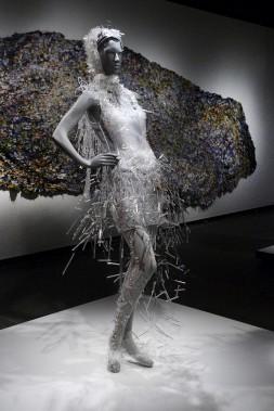 Faite de verre borosilicate soufflé, de métal, de fibre synthétique et de plastique, <em>Une robe pour Sarah</em>, de Jean-Marie Giguère et Helmer Joseph, avait été conçue pour le défilé Verre-couture à Montréal, en 2010. À l'arrière, <em>Ruisseau</em>, de Barbara Wisnowski, à partir de vêtements délaissés par sa famille, que l'artiste d'origine ukrainienne assemble dans un cycle de déchirure, de tri et de couture. (Le Soleil, Jean-Marie Villeneuve)