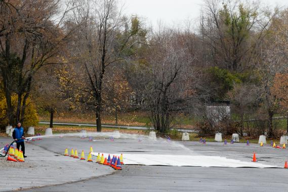 Les leçons étaient données dans un stationnement du Parc Jean-Drapeau, afin que les conducteurs puissent «vivre une situation d'urgence sans être réellement en danger», nous a expliqué l'instructeur Carl Nadeau. (Photo François Roy, La Presse)