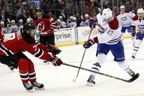 Le défenseur Jon Merrill fait dévier un tir d'Alex Galchenyuk. (PHOTO JULIO CORTEZ, AP)