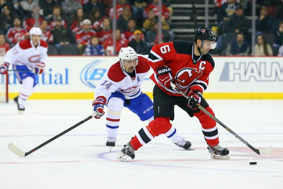 Andy Greene tente de distancer Tomas Plekanec. (PHOTO ED MULHOLLAND, USA TODAY)