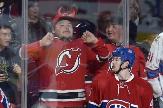 Un partisan des Devils montre ses couleurs près de la patinoire. (PHOTO BERNARD BRAULT, LA PRESSE)