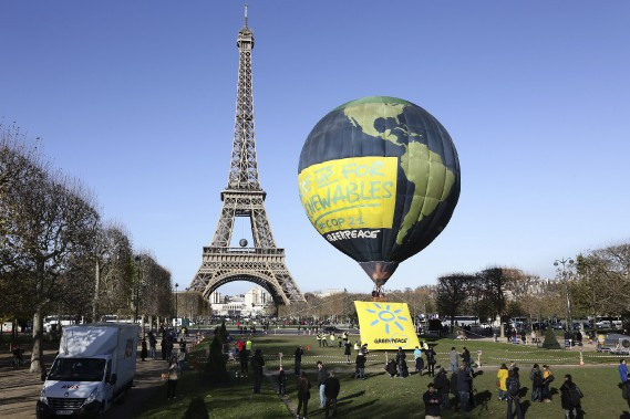 Ballon de Greenpeace près de la tour Eiffel de Paris (France) (Fournie par Greenpeace)