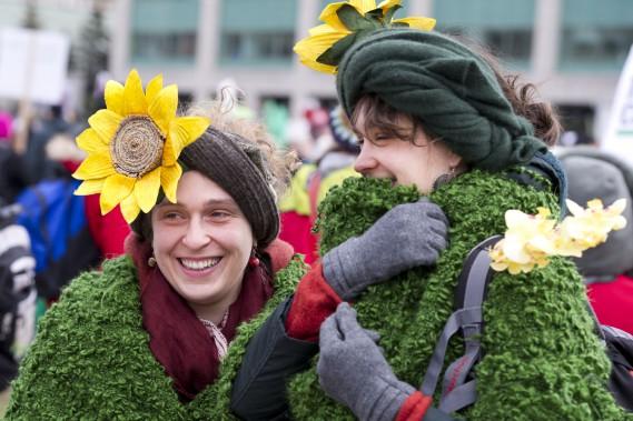 Des milliers de manifestants ont envahi les rues d'Ottawa pour réclamer un accord sur le climat.Avec leurs costumes éclatants, Caroline Rimbaud et Olivia Dorey ont attiré beaucoup d'attention. (Martin Roy, LeDroit)