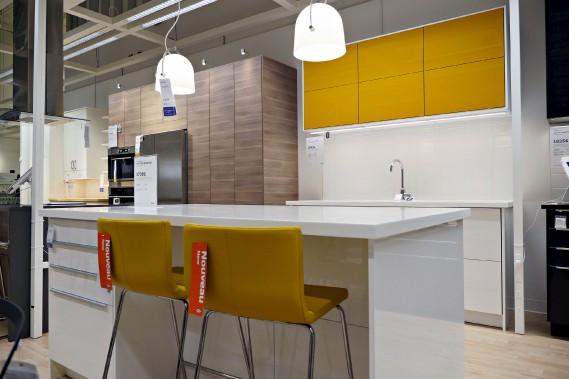 Quelques petites cuisines pratiques et épurées défilent dans l'entrepôt où l'on peut voir et toucher les matériaux. (Le Soleil, Frédéric Matte)