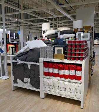 Un étal bien rempli proposant des accessoires, des bougies, des cadres, de la literie, parmi les produits les plus populaires de la marque suédoise. (Le Soleil, Frédéric Matte)