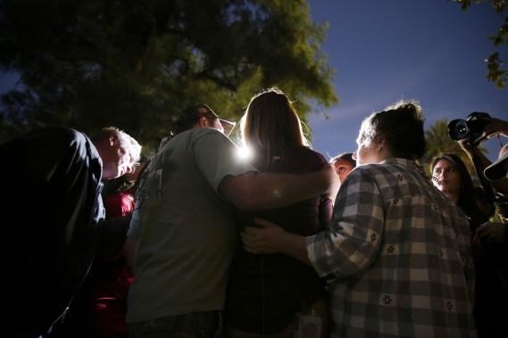 Une survivante de la tuerie s'adresse aux médias à l'extérieur du centre de services sociaux où s'est joué le drame. (PHOTO Jae C. Hong, AP)