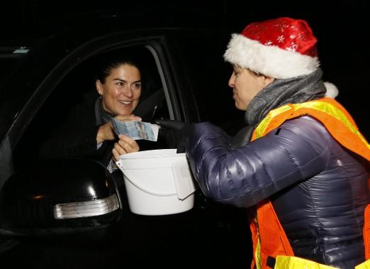 La chef de la section des arts au quotidien <em>LeDroit</em>, Valérie Lessard, sollicite des dons au coin des boulevards des Hautes-Plaines et de la Cité-des-Jeunes. (Simon Séguin-Bertrand, LeDroit)