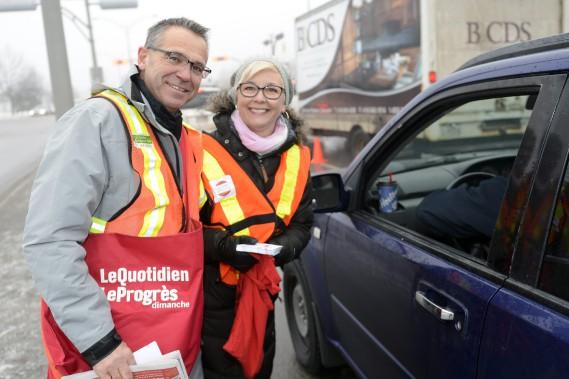 C'est avec le sourire que Christian Tremblay et Rosanne Larouche ont récolté les dons des automobilistes. (Photo Le Quotidien, Jeannot Lévesque)