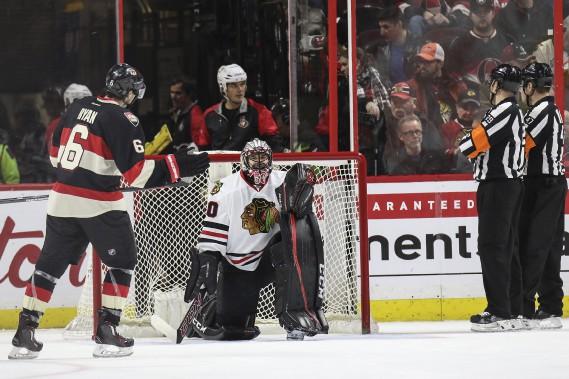 Les joueurs ont dû prendre une longue pause pendant que les officiels réparaient la bande derrière le filet des Hawks. (Patrick Woodbury, leDroit)