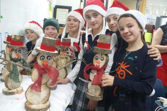 Le 17 décembre prochain, de 16 h à 19 h, le traditionnel marché de Noël de l'école Apostolique s'installera dans la cour de l'école de Chicoutimi. Le 26 novembre dernier, l'école s'était transformée en véritable atelier du père Noël, les 191 petits lutins s'activant pour préparer un marché de Noël inoubliable. (Photo Le Progrès-Dimanche, Mélissa Viau)