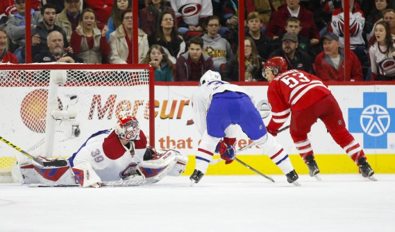 Mike Condon flanche sur un tir de Jeff Skinner en première période.  (Photo James Guillory, USA Today)
