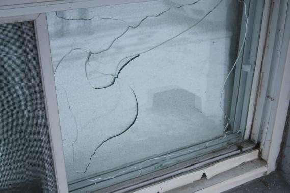 La chaleur dégagé pendant l'incendie survenu à l'entrepôt Potvin et Bouchard, a eu pour effet d'entraîner des bris des vitres des fenêtres. (Photo Le Quotidien, Michel Tremblay)