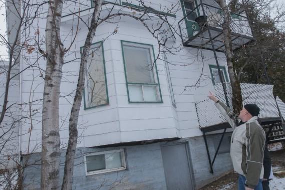 La détérioration d'une fenêtre extérieure laisse croire que le mur s'affaiblit. (Photo Le Quotidien, Michel Tremblay)