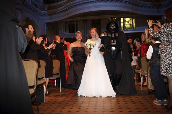 La future mariée a fait son entrée dans la chapelle du Musée de l'Amérique francophone au son de la <i>Marche impériale </i>et au bras de son père vêtu en... Darth Vader. (Frédéric Lavoie)