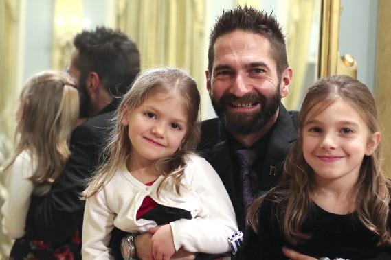 L'ultramarathonien Raymond Zahab, avec ses filles Mia Sahara et Anika Ixa (Patrick Woodbury, LeDroit)