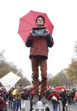 De nombreux manifestants se sont massés le long de l'avenue de la Grande Armée, à côté de l'Arc de Triomphe, pour réclamer un accord sur le climat. (AFP, Alain Jocard)