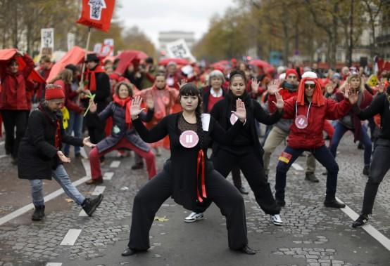 De nombreux manifestants se sont massés le long de l'avenue de la Grande Armée, à côté de l'Arc de Triomphe, pour réclamer un accord sur le climat. (AP, Matt Dunham)