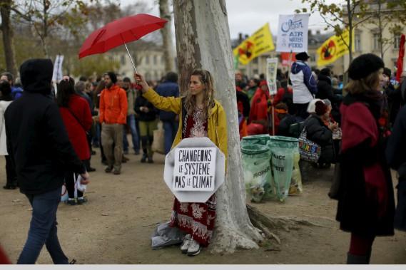 Des activistes se sont également regroupés au Champ-de-Mars, tout près de la Tour Eiffel. (AP, Matt Dunham)