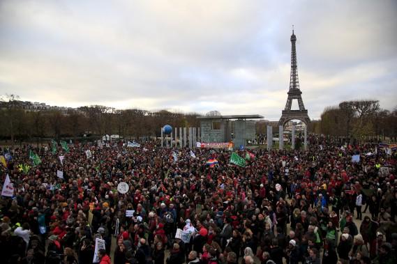 Des activistes se sont également regroupés au Champ-de-Mars, tout près de la Tour Eiffel. (AFP,  Alain Jocard)
