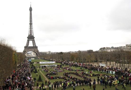 Plusieurs organisations non gouvernementales se sont réunis samedi pour former les mots«+3 °C SOS» sur le Champ-de-Mars, près de la Tour Eiffel. (AFP, Alain Jocard)