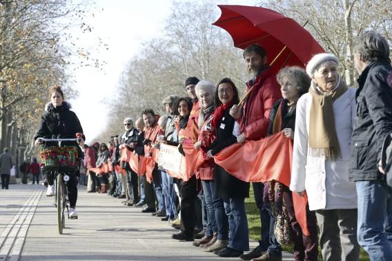 Les manifestations environnementales se sont propagées jusqu'à Toulouse, où 500 personnes ont réclamé dans la rue qu'un changement s'opère en ce qui a trait à la gestion du réchauffement climatique. (AFP, Remy Gabalda)