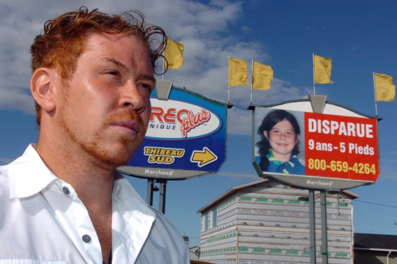 Une affiche de Cédrika Provencher avait été installée en bordure de l'autoroute 40 à Trois-Rivières. Sur la photo, Martin Provencher, le père de Cédrika. (Photothèque Le Soleil)