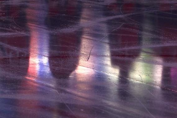 Les joueurs des Sénateurs sont reflétés sur la glace lors des hymnes nationaux. (Patrick Woodbury, LeDroit)