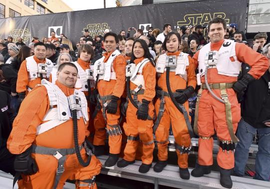 Ces fans de Star Wars n'ont pas hésité à se déguiser. (AP, Jordan Strauss)