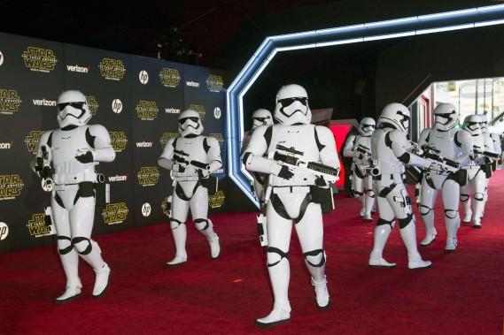 LesStorm Troopers ont fait leur entrée sur le tapis rouge lors del'avant-première mondiale de Star Wars. (AFP, Valérie Macon)