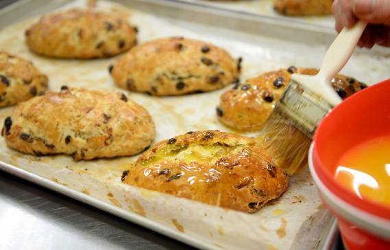 Les stollens sont imbibés de beurre clarifié avant d'être roulés dans le sucre. (Le Soleil, Erick Labbé)