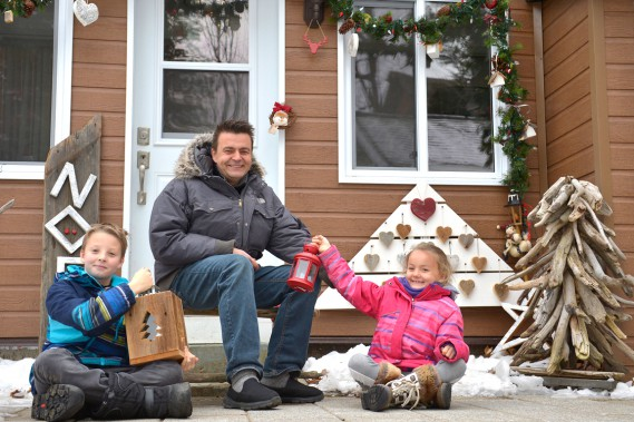 Mathéo, Christophe et Lénaëlle attendent le père Noël... et une vraie bordée de neige. (Le Soleil, Yan Doublet)
