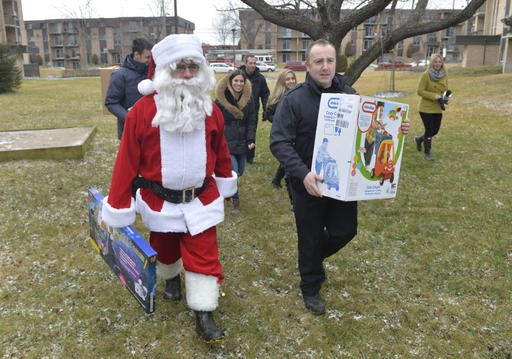 David Leblanc, pompier et membre du comité organisateur, accompagnait le père Noël durant sa ronde de distribution. (Spectre Média, Maxime Picard)