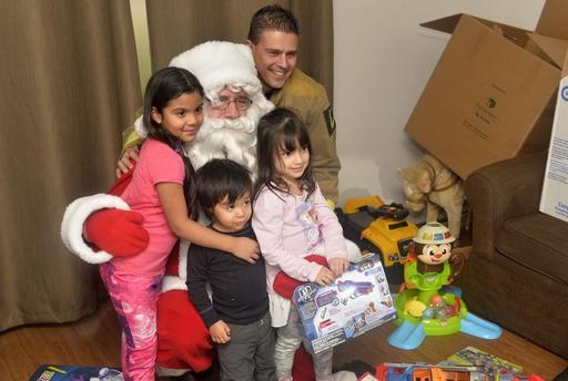 Voici une belle photo souvenir pour Maria Paola, Robert, Paula et le pompier Christian Poirier en compagnie du père Noël. (Spectre Média, Maxime Picard)