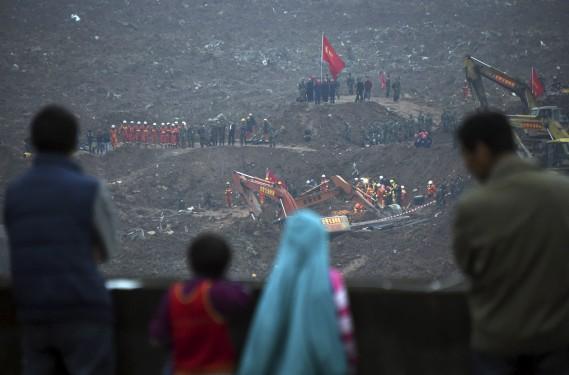 Un énorme glissement de terrain a fait 85 disparus à Shenzhen, une ville industrieuse du sud de la Chine aux portes de Hong Kong, où les sauveteurs s'affairaient lundi pour tenter de dégager des survivants. (Johannes Eisele, AFP)