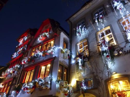 À Strasbourg, les propriétaires sur les rues marchandes dans le centre historique de la ville ne lésinent pas sur les décorations au grand plaisir des visiteurs. (Collaboration spéciale)