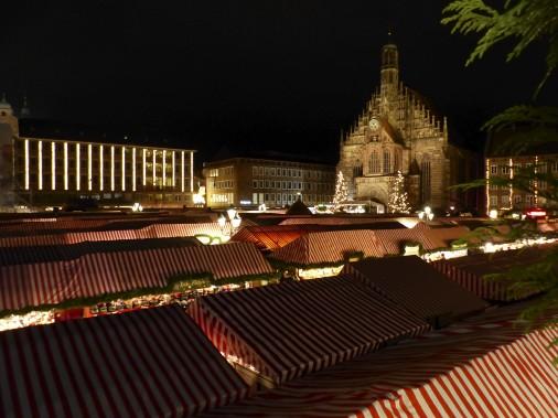 À Nuremberg, au coeur de la vieille ville, on tient l'un des plus importants marchés de Noël où, en quittant le travail en fin d'après-midi, les résidents se rassemblent autour d'un bon vin chaud pendant que les toujours nombreux visiteurs s'entassent devant les nombreux kiosques installés sur la Hauptmarkt. (Collaboration spéciale)